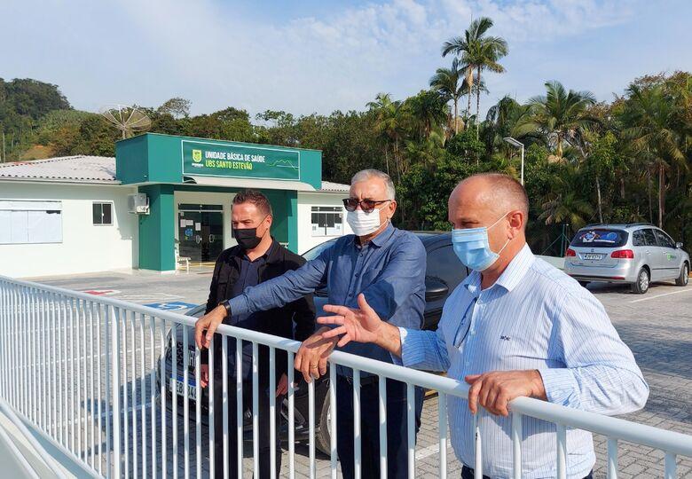 Vice-prefeito de Jaraguá visita unidades de saúde recém reformadas   -