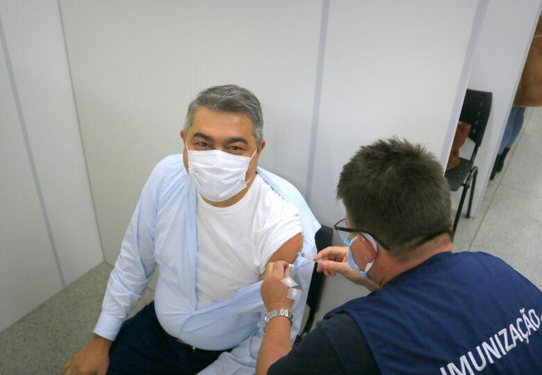 Prefeito Antídio Lunelli recebe segunda dose da vacina contra a covid-19  - Crédito: Arquivo / Divulgação