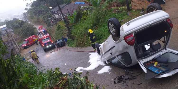 Motorista perde controle da direção e carro capota em Guaramirim - Crédito: Divulgação / Bombeiros Voluntários de Guaramirim