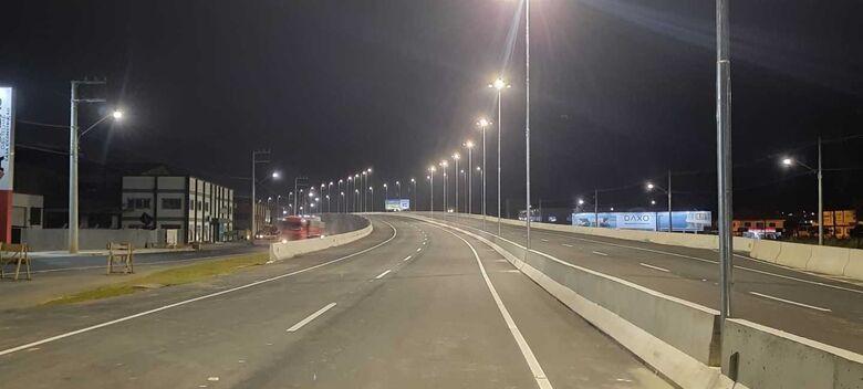 Viaduto da BR 280, em Guaramirim, recebe iluminação pública  - Crédito: Luís Delai