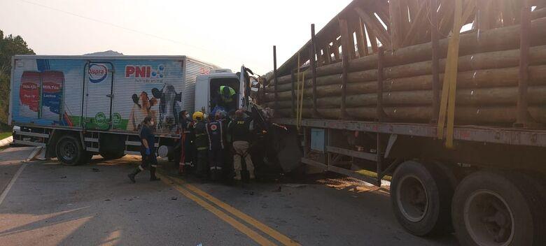 Motorista fica preso às ferragens após acidente entre caminhão e carretas na BR 282 - Crédito: Divulgação PRF