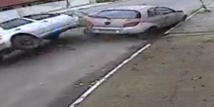 Vídeo flagra momento em que carro capota em Jaraguá do Sul - Crédito: Igor Lima loja Microtech