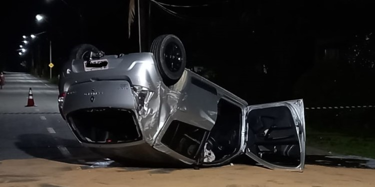 Carro capota após bater em poste em Guaramirim - Crédito: Divulgação