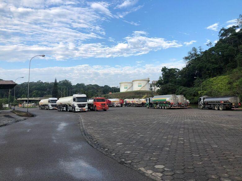 Com apoio da PM caminhões de combustíveis devem ser liberados em Guaramirim - Crédito: Ricardo Rabuske