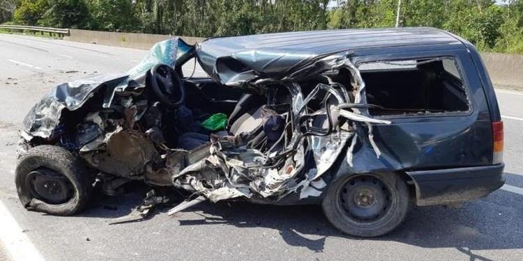 Motorista de 29 anos morre após invadir contramão da BR-101, no Norte de SC - Crédito: Divulgação PRF