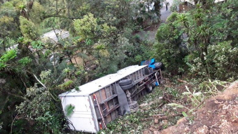 Motorista foge após caminhão furtado tombar na Serra Dona Francisca em Joinville - Crédito: Divulgação redes sociais