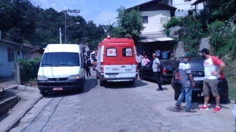 Morre criança que ficou prensada entre dois micro-ônibus em Blumenau - Crédito: CBM Blumenau