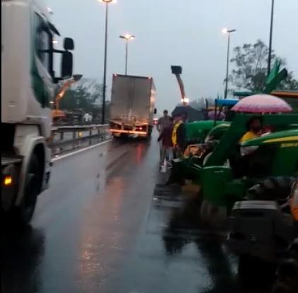 [VÍDEO] Manifestantes interditam BR 101 em SC  - Crédito: Reprodução