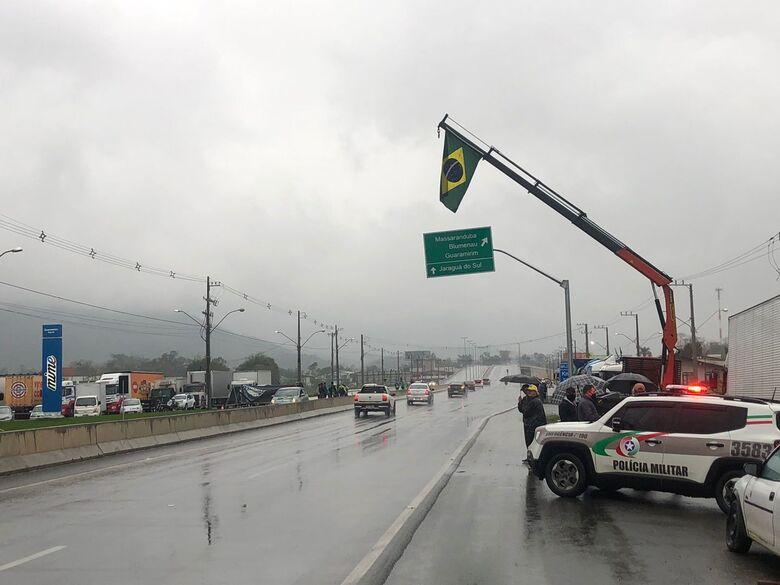 Segue bloqueio na BR 280, em Guaramirim - Crédito: Ricardo Rabuske