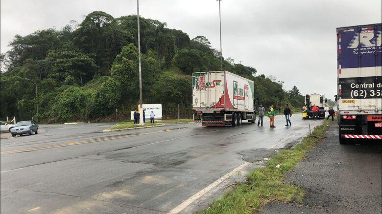 Manifestantes tomam novo ponto da BR-280 - Crédito: Ricardo Rabuske