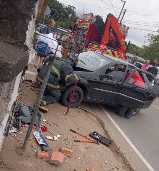 Carro invade garagem e três ficam feridos em Jaraguá do Sul - Crédito: Divulgação redes sociais
