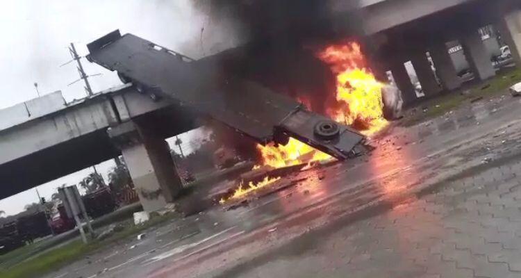 Caminhão cai de viaduto na BR-101 e pega fogo em SC - Crédito: Divulgação redes sociais