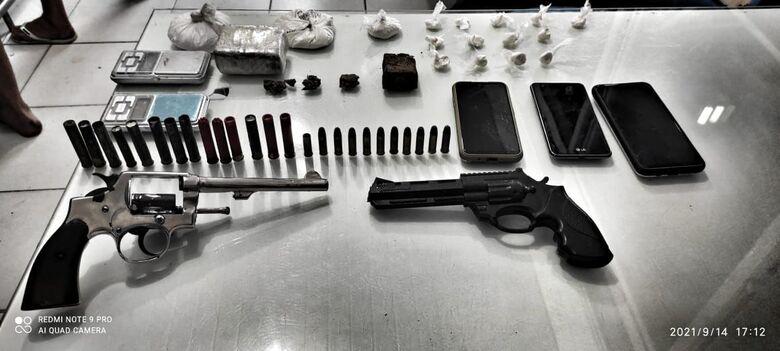Dois são presos por tráfico e arma é apreendida em Guaramirim - Crédito: Divulgação.