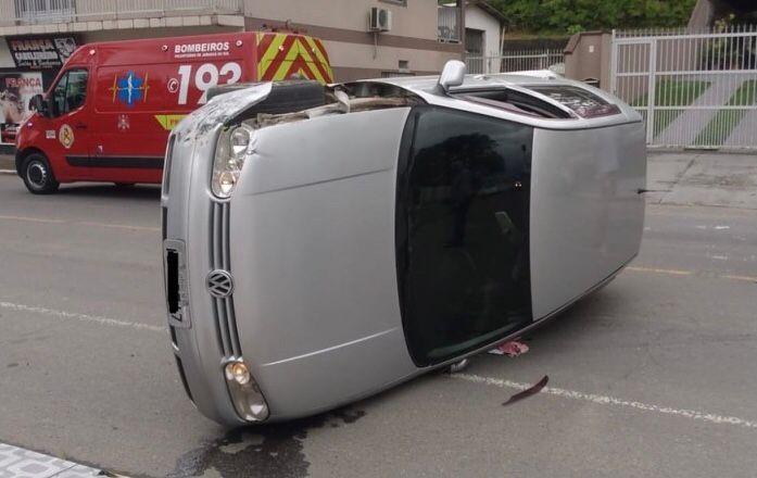 Carro capota após bater em veículo estacionado em Jaraguá - Crédito: Gustavo Luzzani