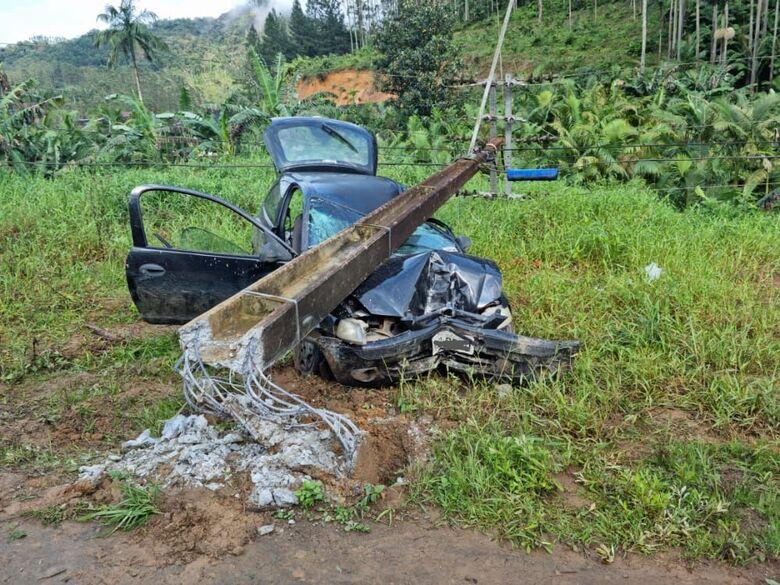 Vítima fica presa as ferragens após carro bater em poste em Massaranduba  - Crédito: Divulgação BVM