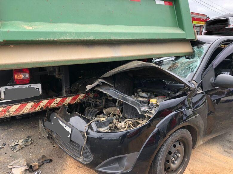 Após batida, carro fica preso embaixo de caminhão em Jaraguá do Sul - Crédito: Ricardo Rabuske