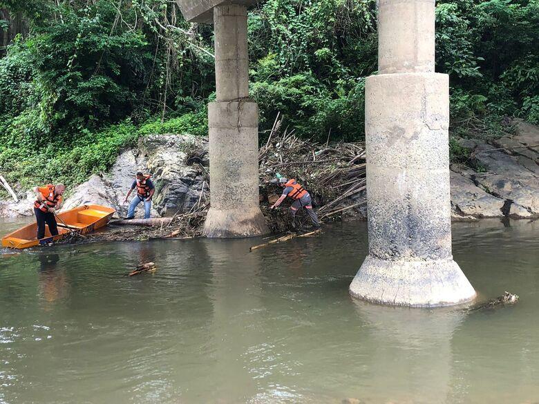 Defesa Civil faz limpeza em pilares de pontes em Jaraguá do Sul - Crédito: Ricardo Rabuske