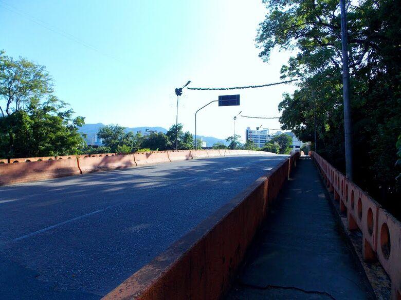 Policiais salvam homem que tentava se atirar de ponte em Jaraguá do Sul - Crédito: Divulgação PMJS/ Ilustração