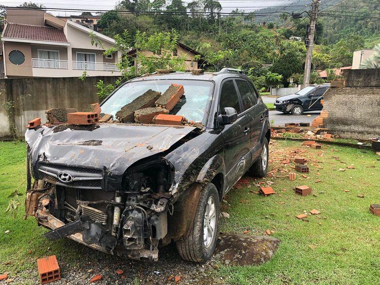 Carro colide contra muro após acidente na Ilha da Figueira - Crédito: Ricardo Rabuske