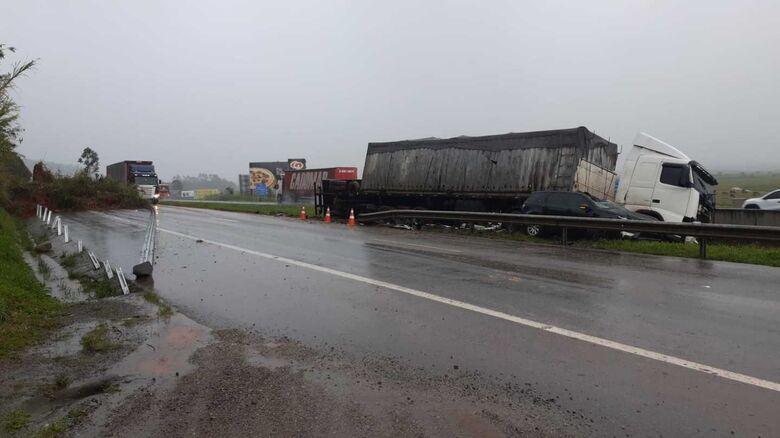 Desmoronamento de terra causa acidentes na BR 101 - Crédito: Divulgação/PRF