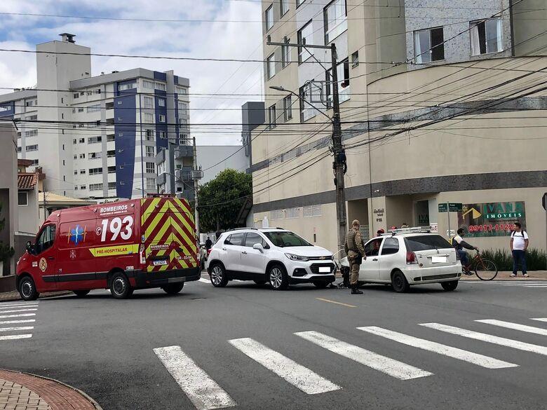 Carros colidem no centro de Jaraguá - Crédito: Ricardo Rabuske