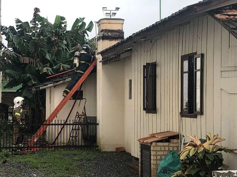 Incêndio atinge residências na Ilha da Figueira - Crédito: Ricardo Rabuske