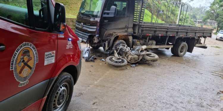 Motociclista fica ferido após colisão com caminhão em Massaranduba - Crédito: Divulgação/Bombeiros de Massaranduba