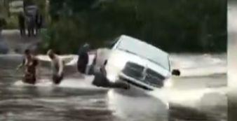 Motorista tenta atravessar ponte e carro cai em rio em Garuva  - Crédito: Divulgação