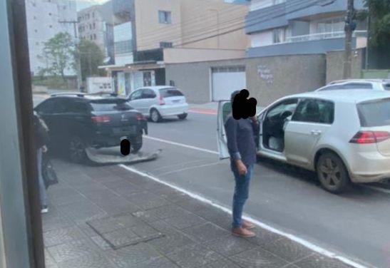 Motorista bate em carro estacionado no Centro de Jaraguá - Crédito: Divulgação redes sociais