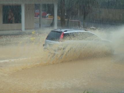 Chuva provoca pequenos alagamentos em ruas de Jaraguá do Sul