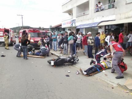 Acidente envolvendo duas motos deixa quatro pessoas feridas