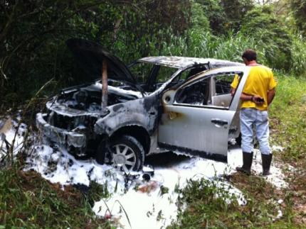 Carro pega fogo no bairro Águas Claras