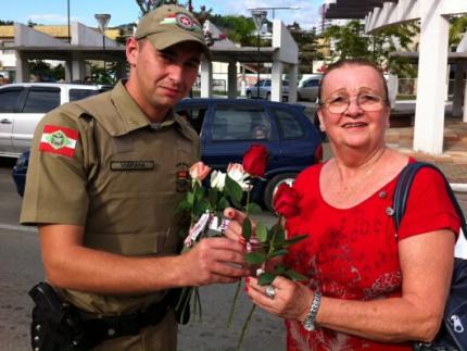 Policiais militares distribuem rosas para as mães no centro