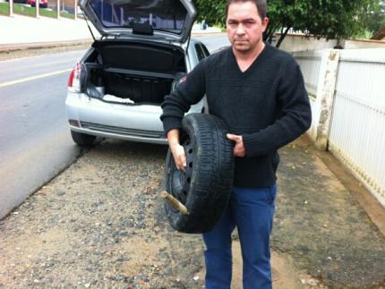 Motorista questiona presença de estacas de ferro em acostamento