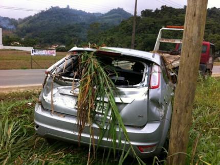 Motorista sai ileso de capotamento