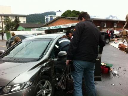 Acidente envolvendo dois veículos deixa mulher ferida na rua Procópio Gomes