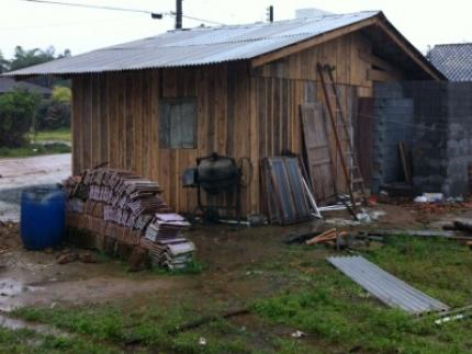Casa atingida por veículo em Schroeder é reconstruída