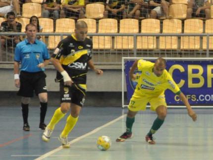 Jaraguá perde, mas continua líder no grupo D da Liga