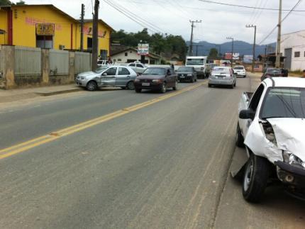 Três se ferem em acidente no bairro Vieira
