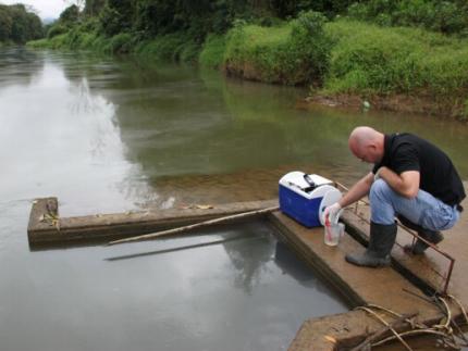 Supermercado seria causador de vazamento de óleo no rio