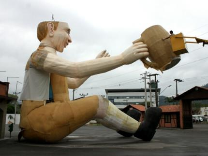 Boneco gigante ganhará roupa nova