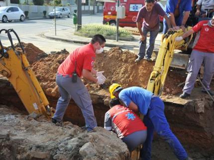 Homem fica parcialmente soterrado em obra no centro