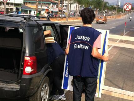 Justiça Eleitoral faz retirada de placas irregulares no centro