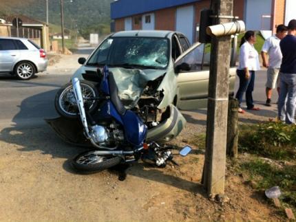 Motociclista se fere em acidente na Ezídio Carlos Peixer