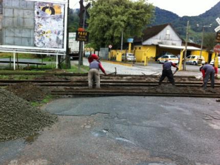 Rua é interdita para substituição de trilhos da linha férrea