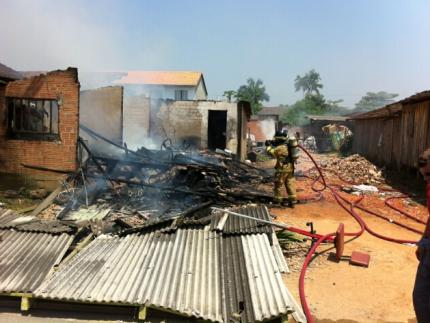 Casa é destruída por incêndio na Vila Lalau