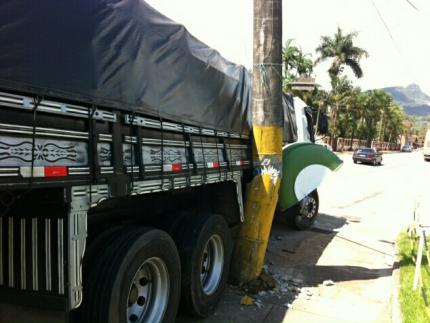 Caminhão bate em poste na BR 280 em Corupá