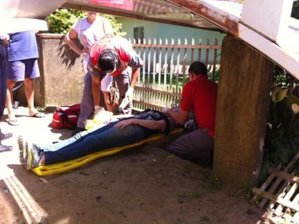 Jovem é atingida por cobertura de abrigo de passageiros