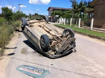 Carro capota na Estrada Bananal do Sul