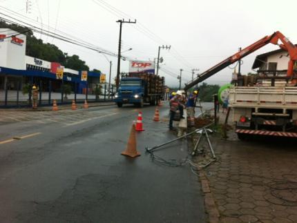 Carro derruba poste no Jaraguá Esquedo